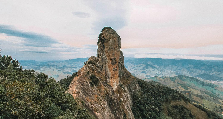Cume da Pedra do Baú visto de longe ao entardecer