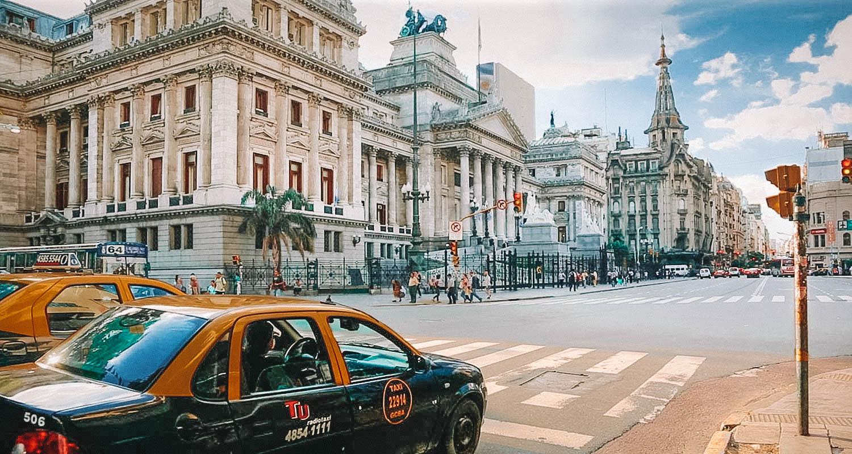 Rua de Buenos Aires com taxi e um edfiício antigo ao fundo